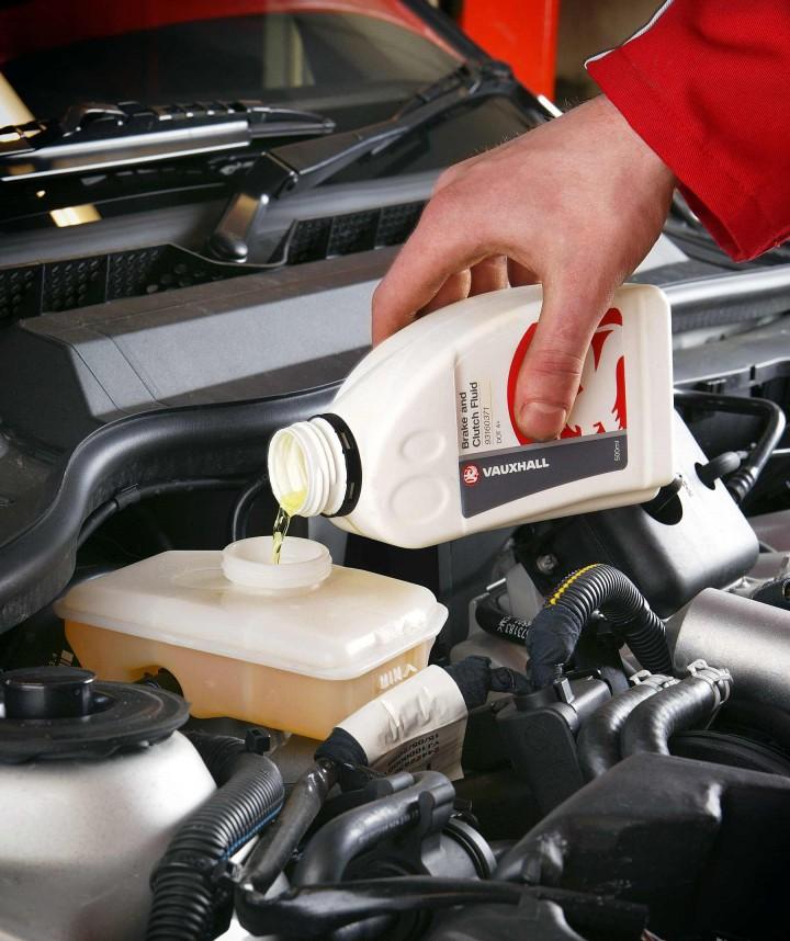 Opel Astra H/Zafira B: odpowietrzanie układu hamulcowego ...